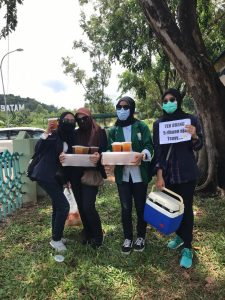 Empat Mahasiswi Cantik Berjualan di Tengah Gerombolan Demonstran Menolak Omnibus Law