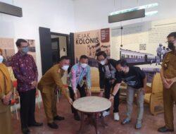 Warga Metro Pusat Titipkan Meja Berusia 1 Abad di RIS Kota Metro