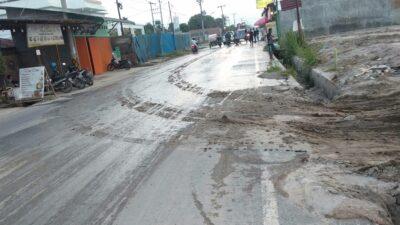 Jalanan Terganggu Dan Licin Akibat Proyek Tanah Timbun